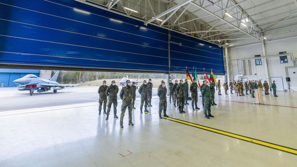 Abordnungen der deutschen und italienischen Luftwaffe sind bei der Handover-Takeover-Zeremonie vor Eurofighter und F-35 angetreten. Foto: Estonian Defence Forces/Jarkko Martin Pukki